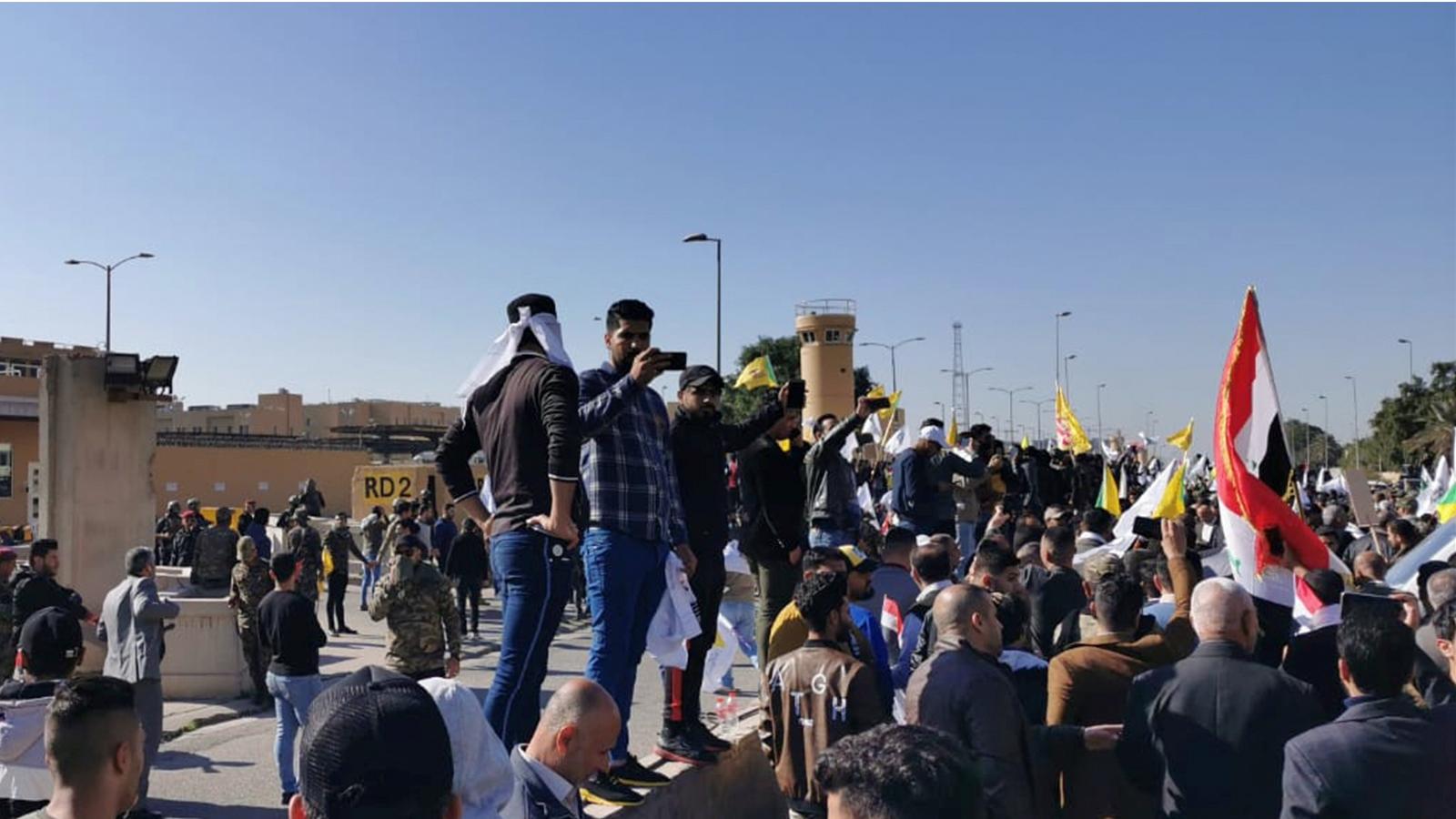 Hizbullah taraftarı ABD Büyükelçiliğine girmeye çalışıyor