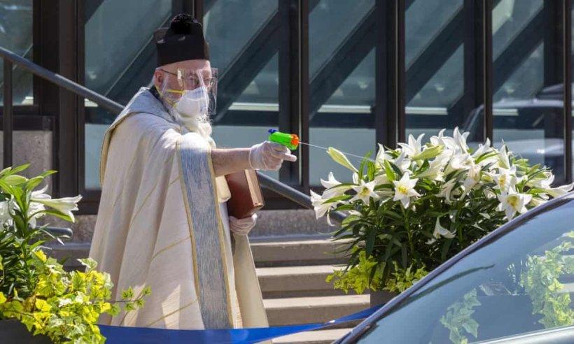 Su tabancası ile 'kutsal su' sıkan viral rahip